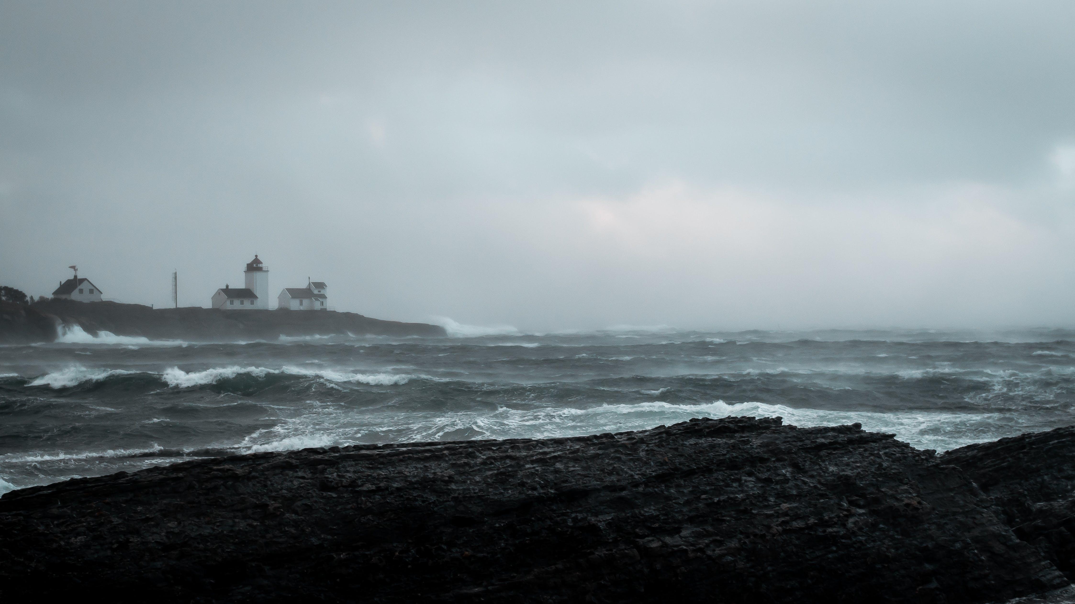 Fotobanka sbezplatnými fotkami na tému breh, búrka, domy, hmla