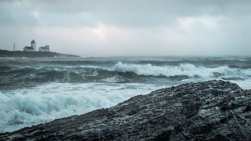 Δωρεάν στοκ φωτογραφιών με ακτή, αφρός της θάλασσας, βράχια, γνέφω
