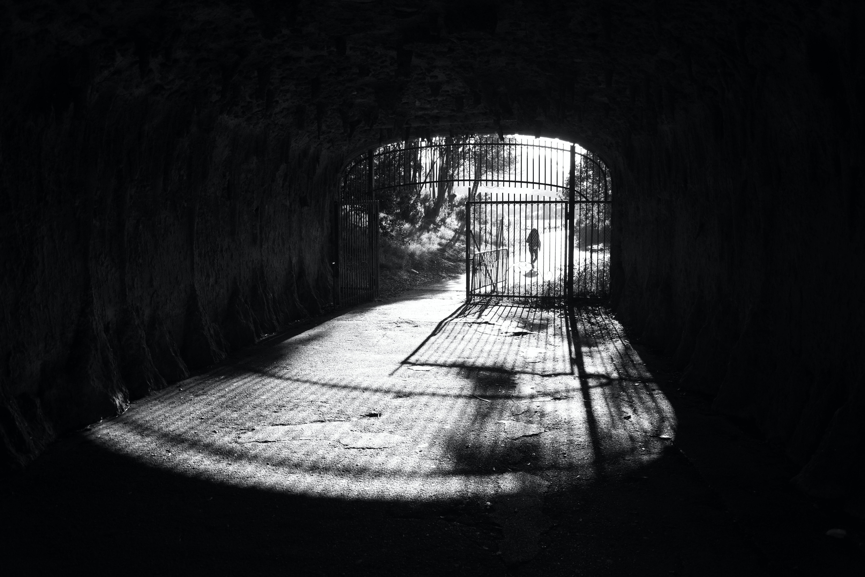 Kostenloses Stock Foto zu gefängnis, gitter, höhle, licht