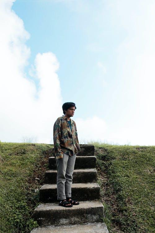 Darmowe zdjęcie z galerii z błękitne niebo, człowiek, osoba, zielony