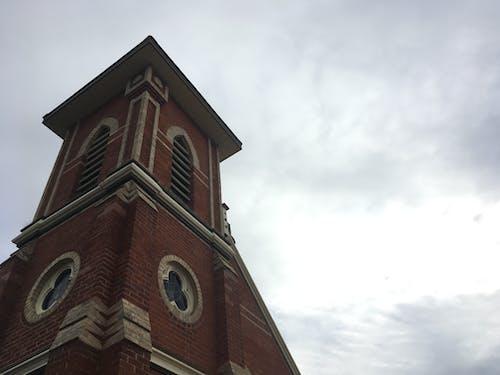 bulutlar, bulutlu gökyüzü, çan kulesi, kilise içeren Ücretsiz stok fotoğraf