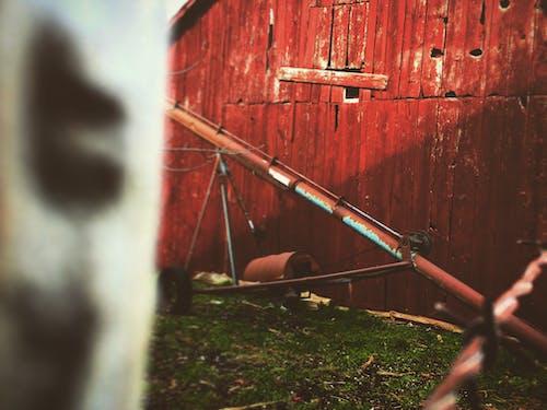 ahır, çim, kırmızı ahır, tahıl içeren Ücretsiz stok fotoğraf