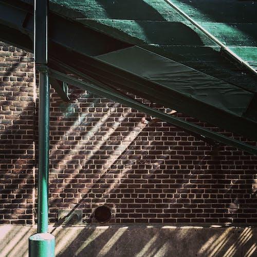 ahşap, bina, boya, damıtım evi içeren Ücretsiz stok fotoğraf