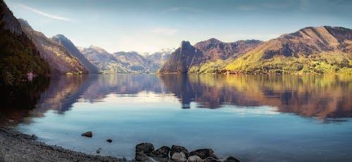Montagnes Près Du Plan D'eau