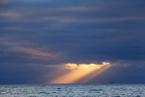 Gratis stockfoto met boot, oceaan, strand, wolken