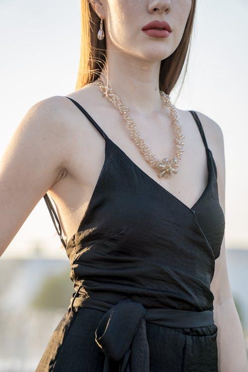Gratis arkivbilde med bruke, elegant, ha på seg, halskjede