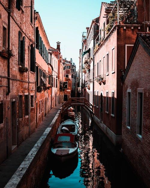 Fotos de stock gratuitas de adoquín, agua, arquitectura, calle