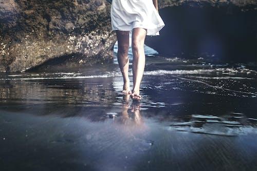 Ingyenes stockfotó gyalogló, láb, nő, part témában
