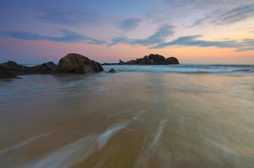 Fotos de stock gratuitas de agua, arena, costa, decir adiós con la mano