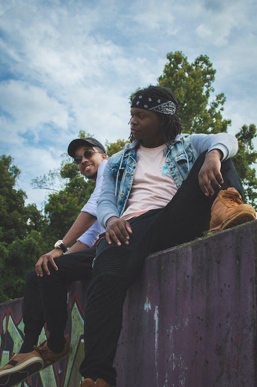 afrikalı-amerikalılar, aşındırmak, dar açılı çekim, dinlenme içeren Ücretsiz stok fotoğraf