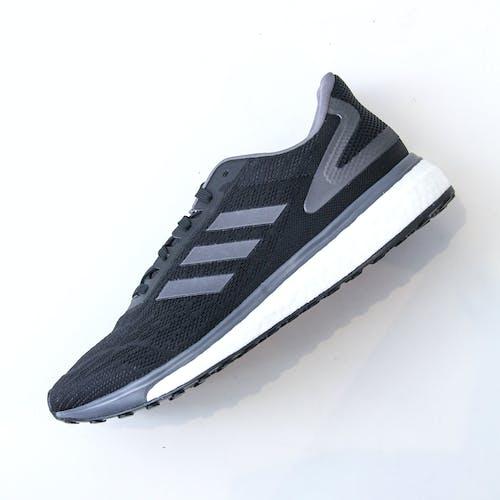 Základová fotografie zdarma na téma běžci, černá adidas, černé tenisky, tenisky