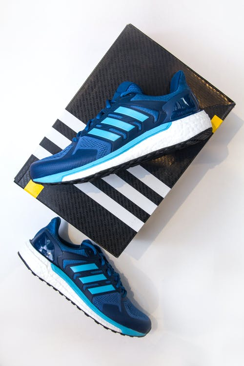 Základová fotografie zdarma na téma běžci, čistá podpora, modré boty adidas, modré tenisky