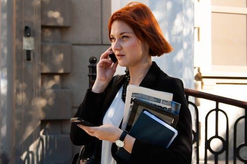 Wanita Berbicara Ke Ponselnya