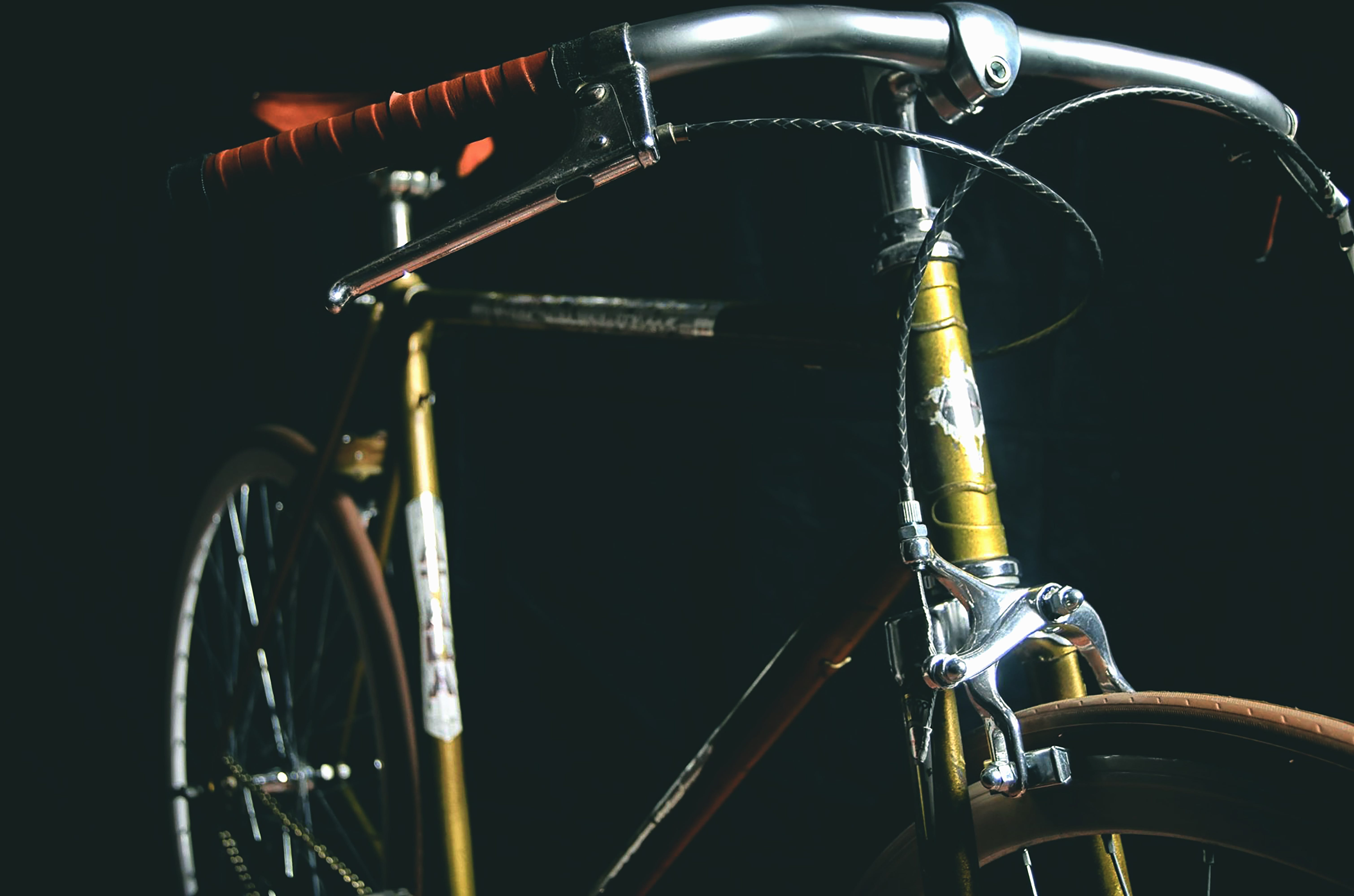 Selective Focus Photography of Beige and Gray Fixed Gear Bicycle
