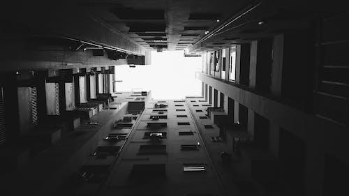 Foto d'estoc gratuïta de arquitectura, blanc i negre, edifici, foto amb angle baix