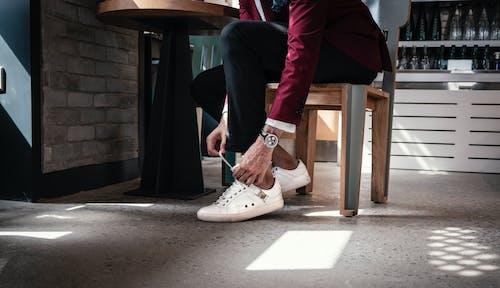 คลังภาพถ่ายฟรี ของ ขา, นั่ง, ผู้ชาย, มือ