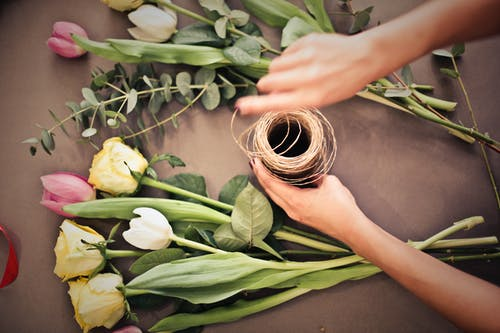 Δωρεάν στοκ φωτογραφιών με βλαστός, κορίτσι, λουλούδια, μυρωδιά
