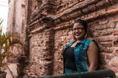 Gratis stockfoto met Aziatische vrouw, bakstenen, boom, brillen
