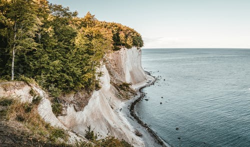 Gratis arkivbilde med bølger, dagslys, fjell, gress
