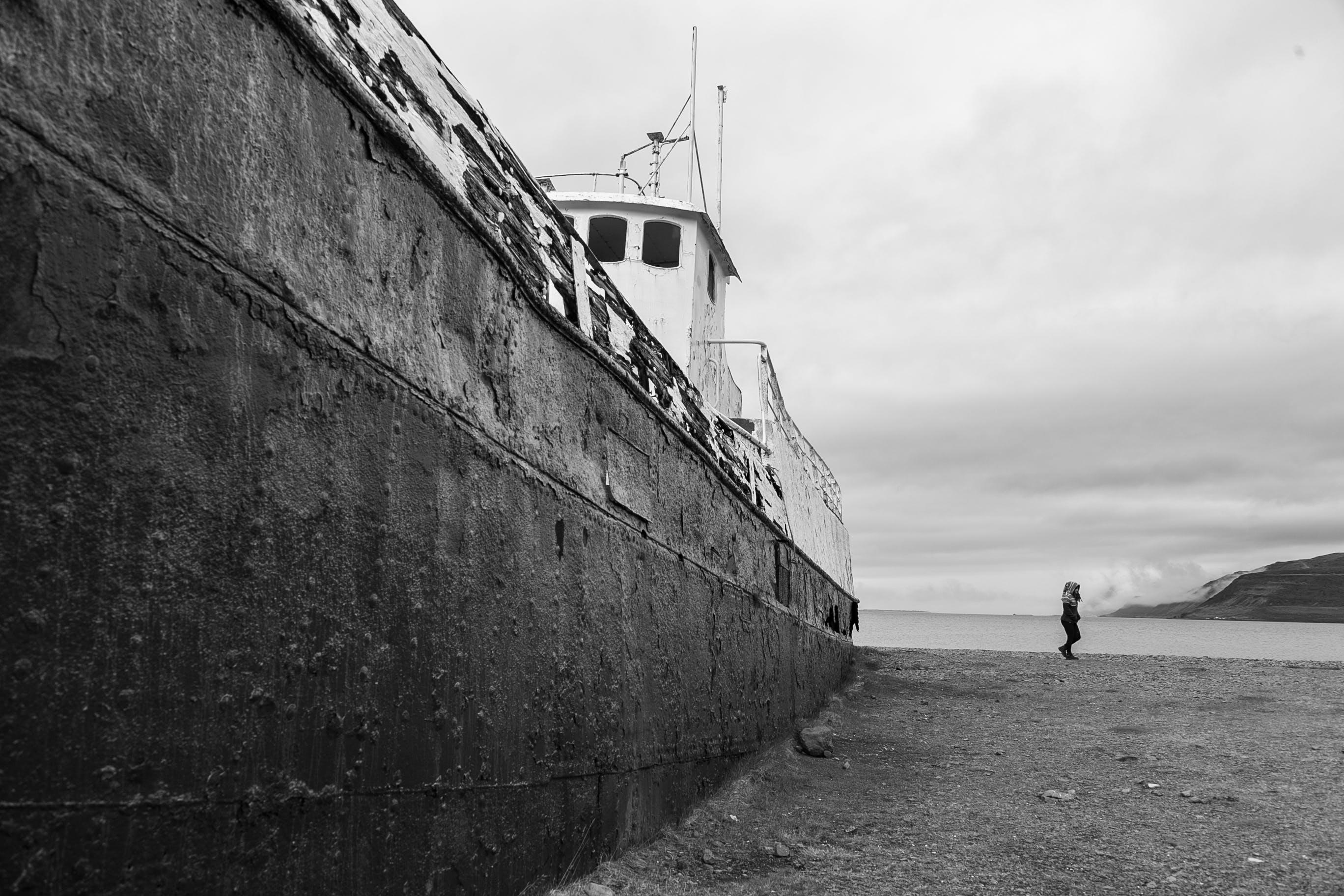 Základová fotografie zdarma na téma černobílá, denní světlo, dopravní systém, fotografie