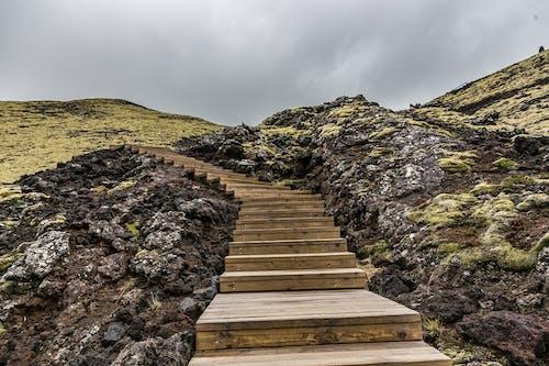 Δωρεάν στοκ φωτογραφιών με βήματα, βουνό, βράχια, γρασίδι