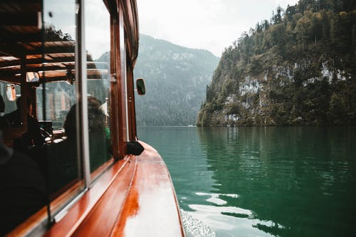 Fotos de stock gratuitas de acantilados, agua, arboles, barca