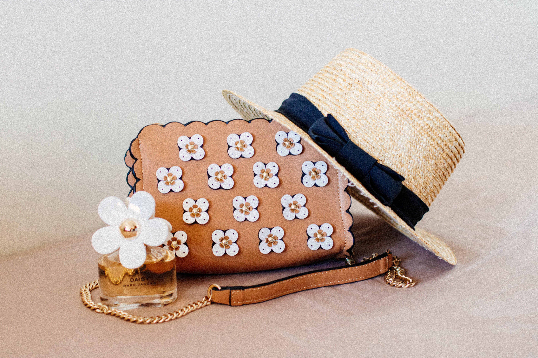 Kostnadsfri bild av hatt, parfym, tillbehör
