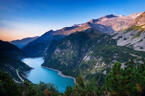 Foto profissional grátis de água, ao ar livre, árvores, cadeia de montanhas