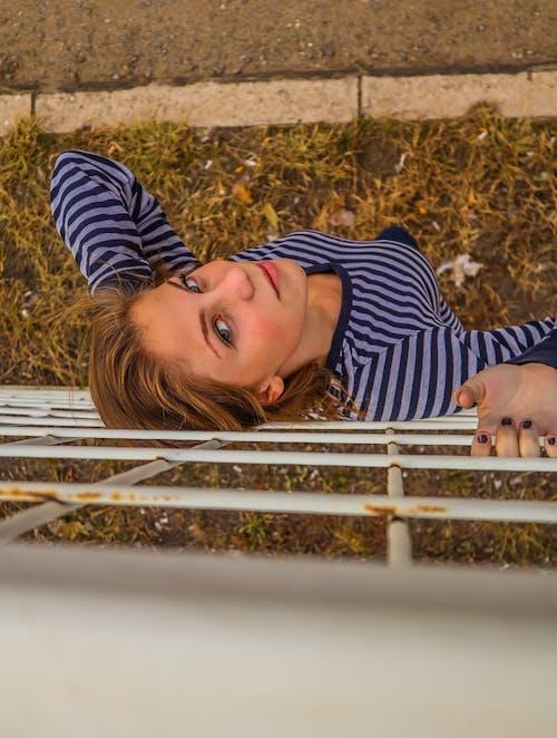 Kostnadsfri bild av dagsljus, flicka, fotografering, gräs