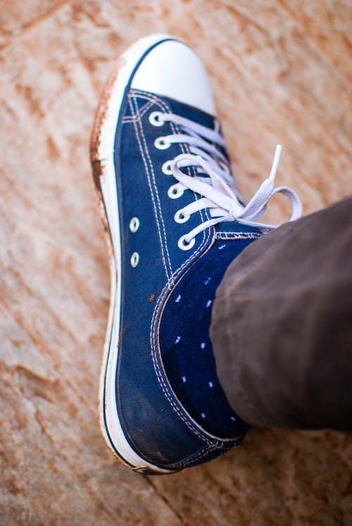 Безкоштовне стокове фото на тему «брудний, гумове взуття, Кросівки, нога»