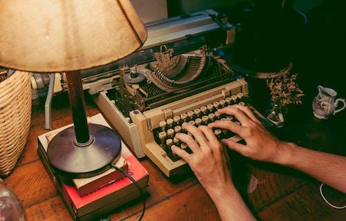 Безкоштовне стокове фото на тему «введення тексту, друкарська машинка, жінка, класичний»