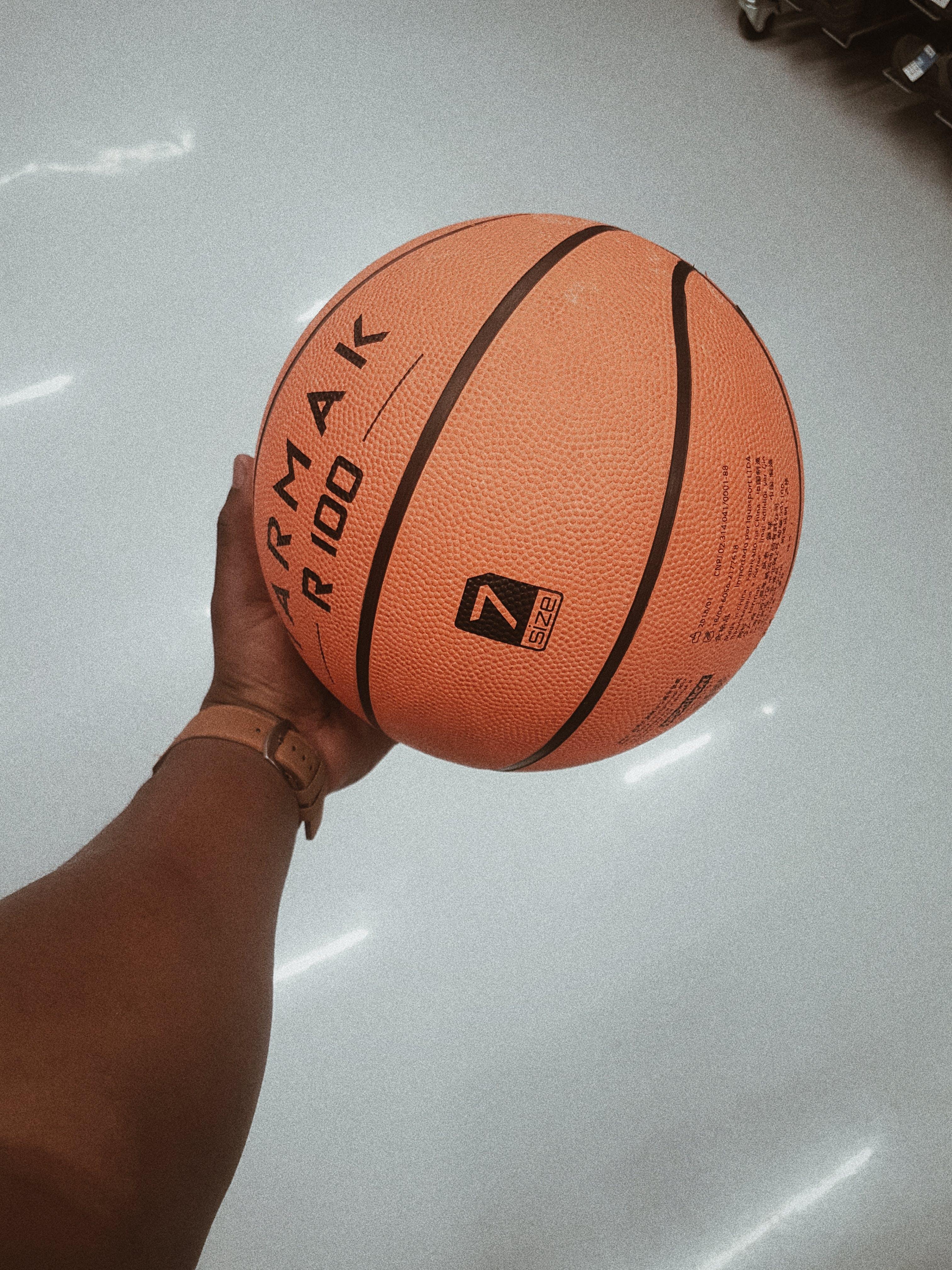 Foto stok gratis atlet, bola, bola basket, dalam ruangan