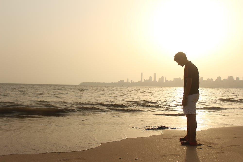 Man standing on the seashore. | Photo: Pexels