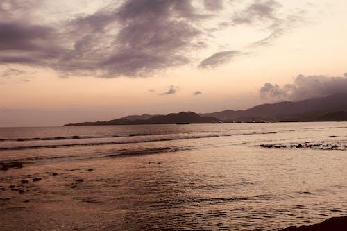 Gratis stockfoto met aan zee, dramatische hemel, kleur in water, strand