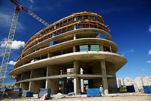 Gratis arkivbilde med arkitektur, betong, blå himmel, bygg