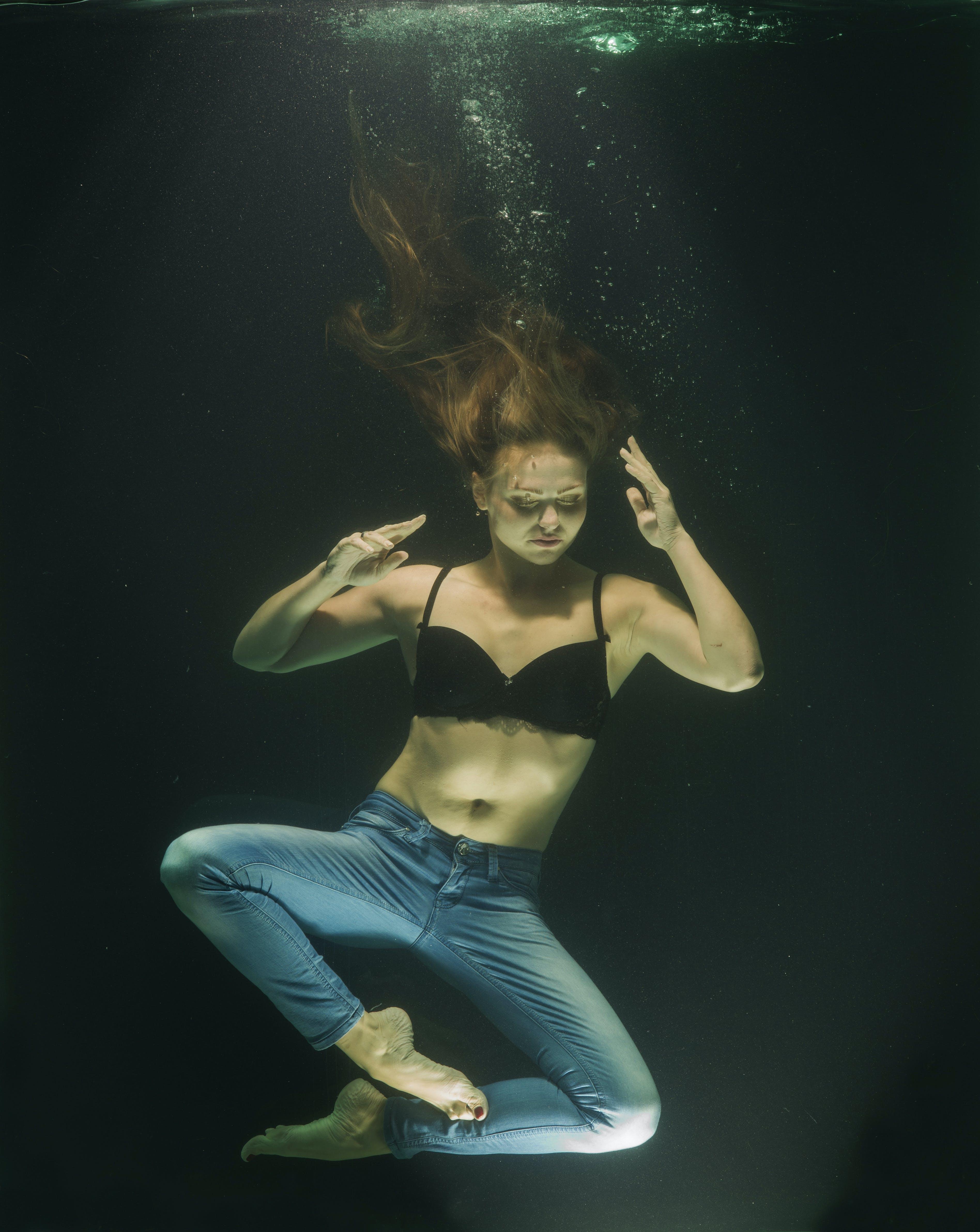 Gratis arkivbilde med åndelighet, bevegelse, blå dongeribukser, danser