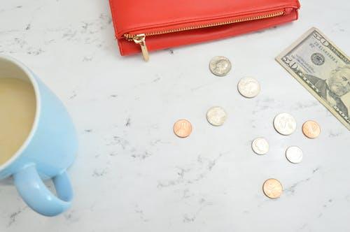 お金, お金の写真, お金フラットレイ, コーヒーマグカップの無料の写真素材