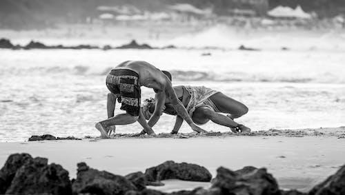 Foto stok gratis air, dewasa, hitam & putih, kaum wanita