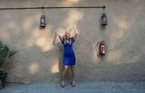Darmowe zdjęcie z galerii z dziewczyna, kobieta, lampy, moda