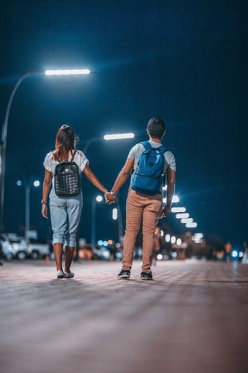 Kostnadsfri bild av cinta costera, flicka, ha på sig, hålla händer