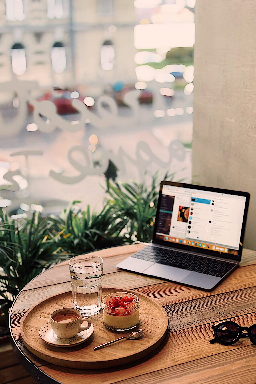 Darmowe zdjęcie z galerii z drewniany stół, drink, espresso, internet
