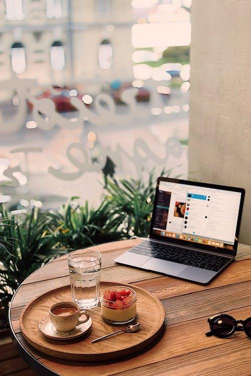 Bandeja De Frutas E Café Perto De Laptop Ligado Na Mesa Marrom
