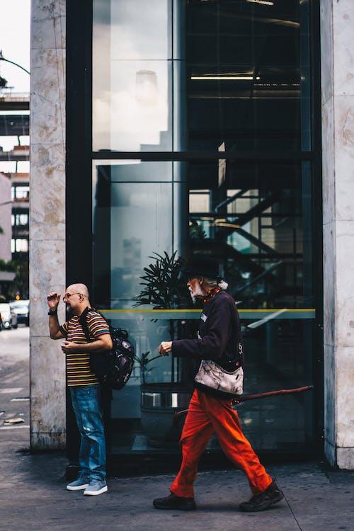 Foto d'estoc gratuïta de adult, arquitectura, caminant, carrer