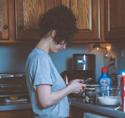 Foto profissional grátis de adulto, assando, balcão, cozinha