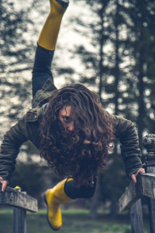 botas amarelas, cabelo cacheado, chuteiras
