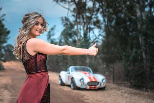 Бесплатное стоковое фото с автомобиль, девочка, женщина, красивая