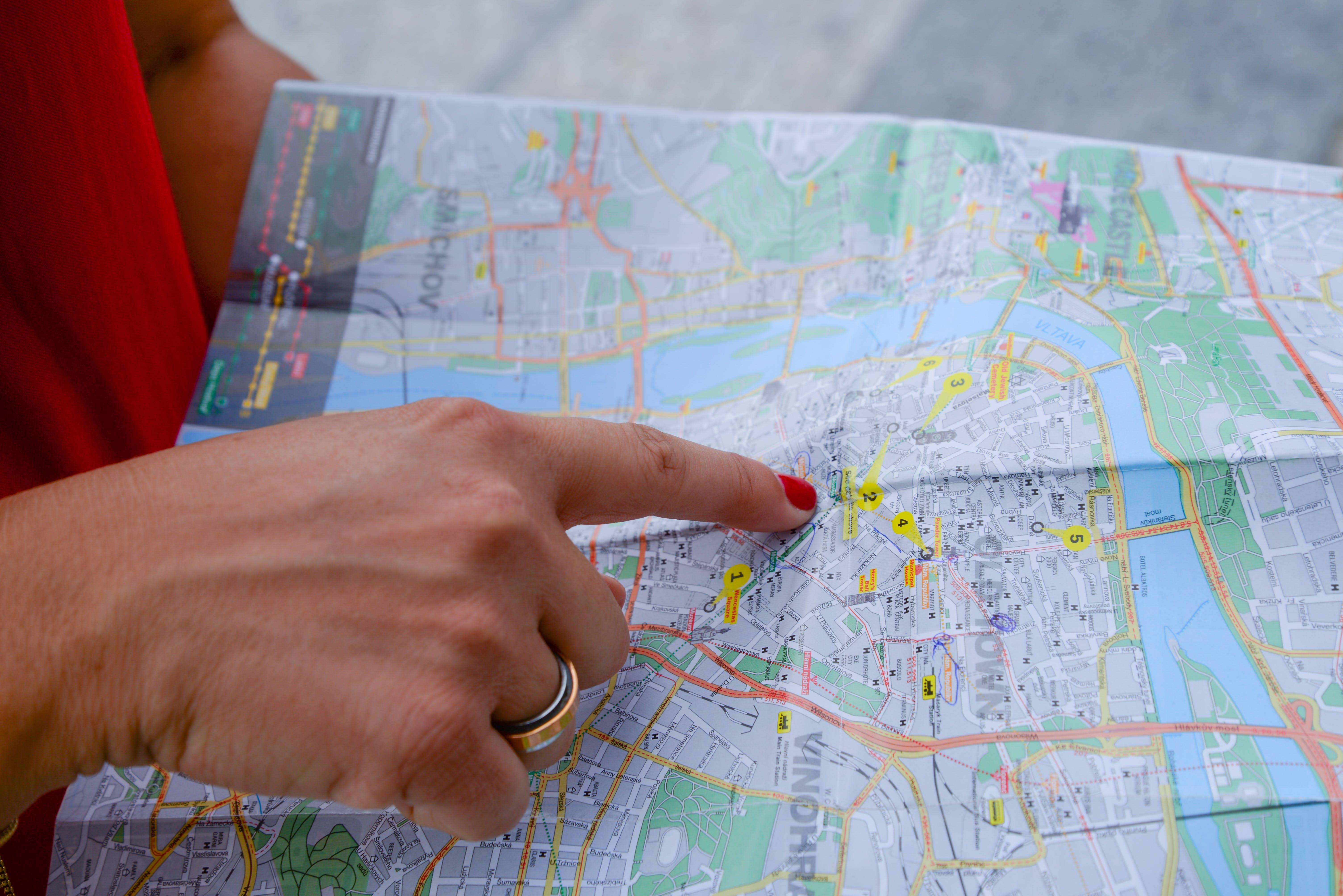 Orang Menunjuk Peta Peta