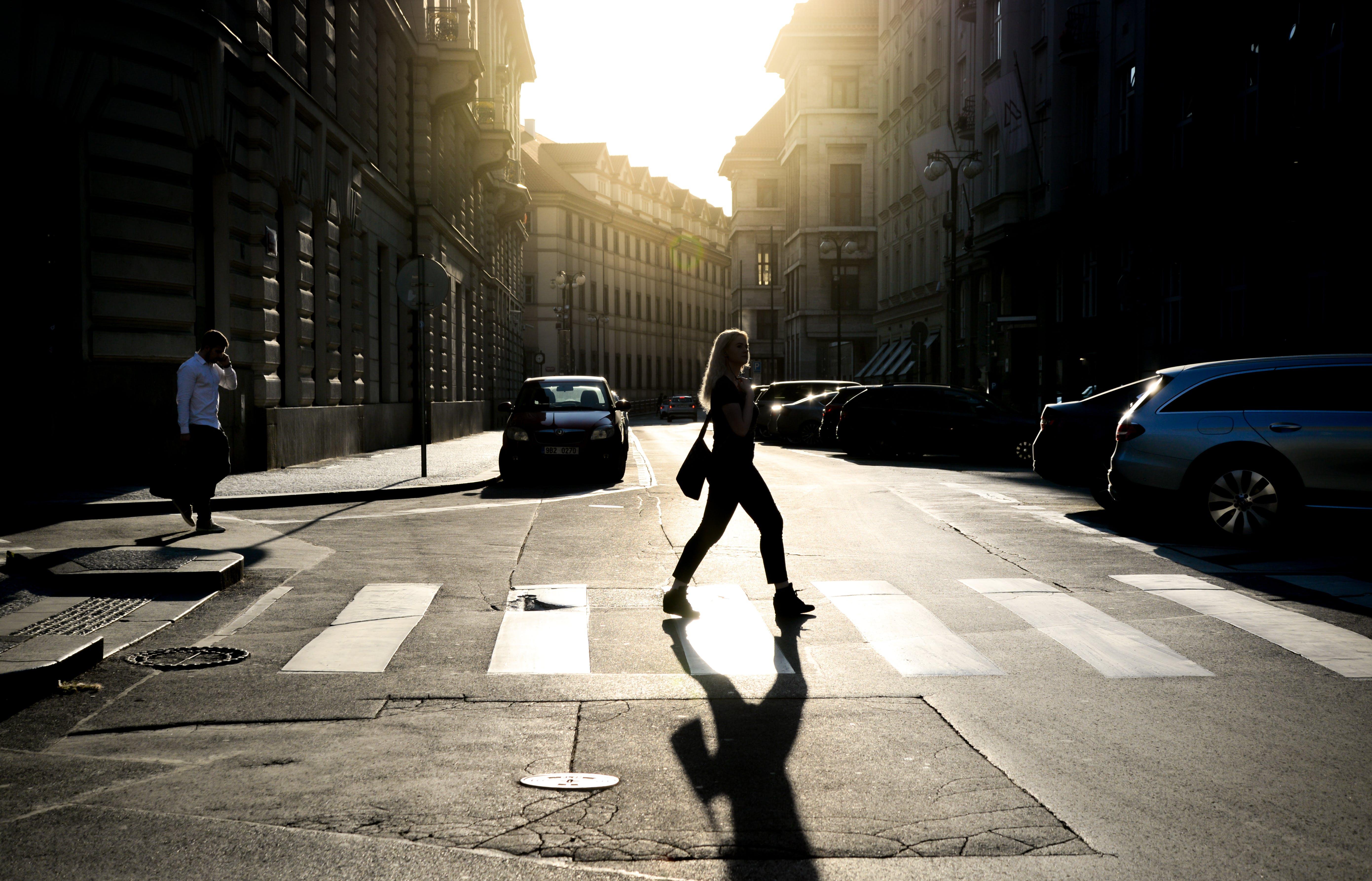 Foto d'estoc gratuïta de adult, brillant, caminant, carrer