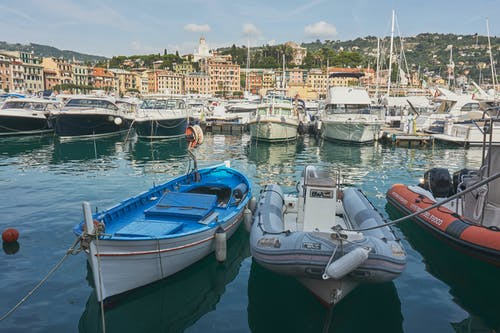 Immagine gratuita di azzurro, baia, barche, case colorate