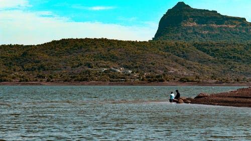 Бесплатное стоковое фото с автомобиль, Азиатский ребенок, вода, горы